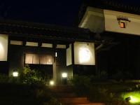 写真:ルレーヴ 夜のライトアップされた外観