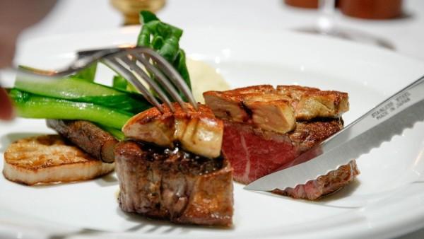 芳醇な香りと深い旨みのやわらかいステーキは苦手な方も「おいしい」とたくさん召し上がっていただけるほど感動を呼ぶ料理としておふたりの結婚式を印象的にすることでしょう。<br /> また、丹波篠山産の有機野菜など体にやさしい素材にこだわり、古き良き時代から受け継がれるメニューもご用意しています。個別のアレルギーやメニューの対応も可能です。